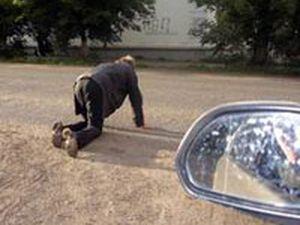 В Омске под колеса авто попали два пьяных пешехода