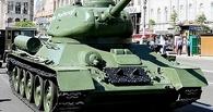 В Омске МАЗ с танком на платформе врезался в Daewoo Matiz
