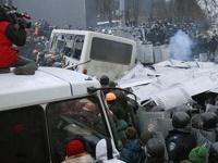 Пылающие автобусы и водометы: демонстрация в Киеве переросла в битву с милицией