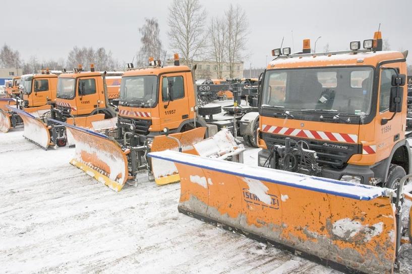 «Новогодняя суета»: дорожники усиленно расчищают Омск от снега