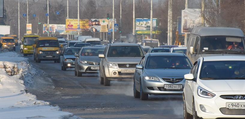 Шестибалльные заторы в Омске: авария на Красном Пути и пробка на Конева