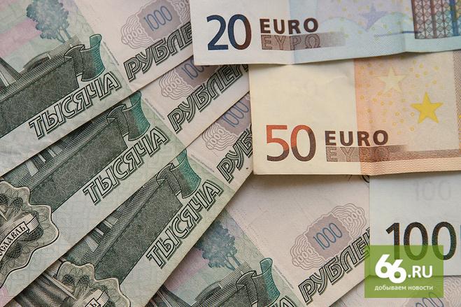 Без сюрпризов. Курсы доллара и евро продолжили расти в первый день торгов 2015 года
