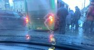 В Омске пассажирский автобус провалился в яму по раму