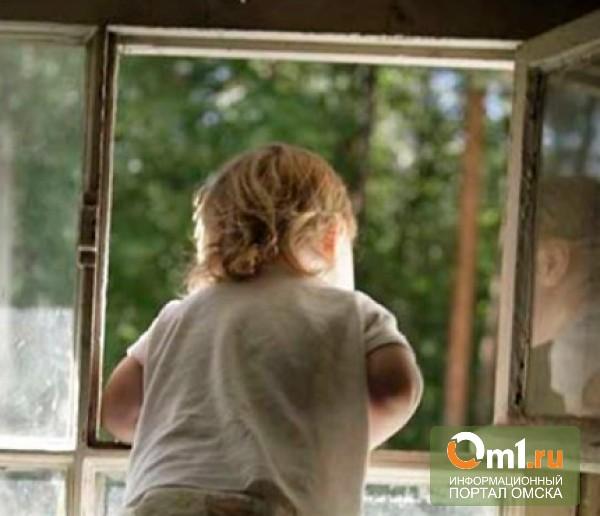 В Омске с окна четвертого этажа выпала пятилетняя девочка
