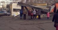 После того как КаМАЗ-мусоровоз снес остановку в Омске, киоском убило мужчину