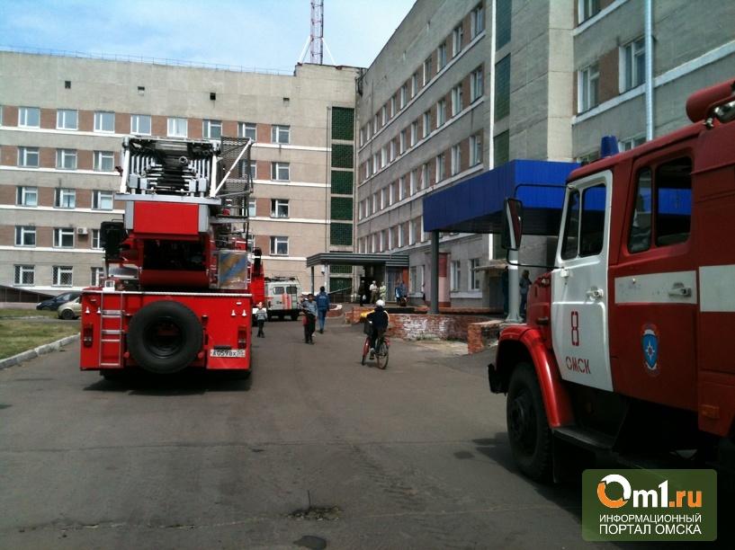 Из-за пожара в подсобке омской МЧС № 4 эвакуировали 50 больных