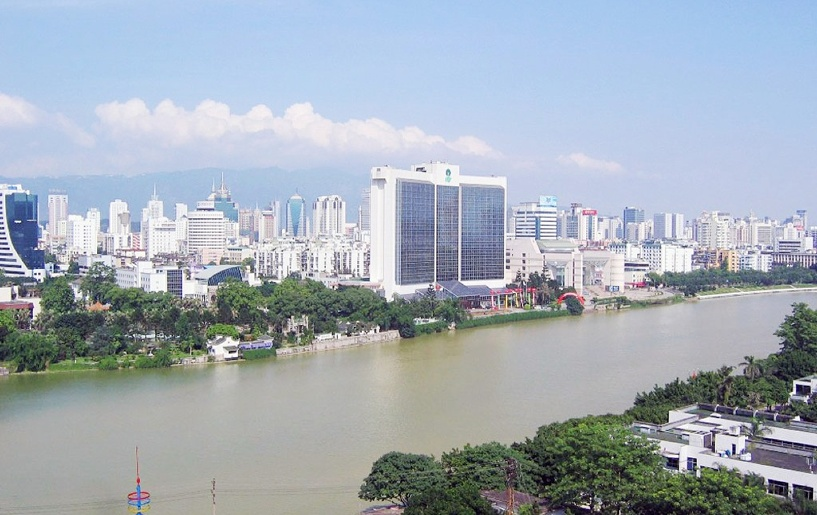 Делегаты из Фучжоу осматривают омское НПО «Мир»
