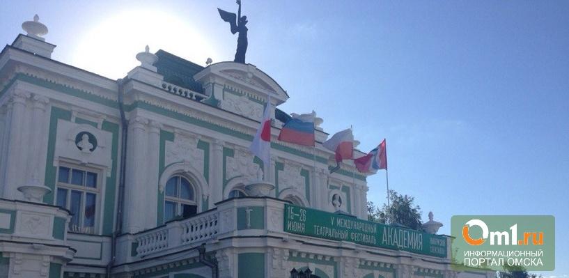 На открытии фестиваля «Академия» в Омске Назаров пожелал актерам ровного пола