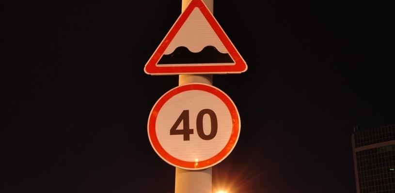 В Омске ограничили скорость движения при съезде с Ленинградского моста