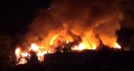 В Омске ночью сгорел дотла частный дом и пострадало три соседних дома