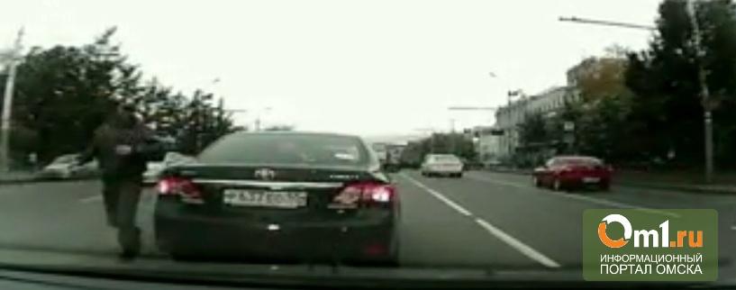 В центре Омска полицейский устроил разборки посреди дороги