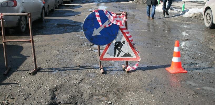 Восстанавливать дороги в Омске могут за счет зарплат чиновников