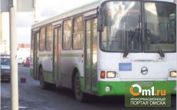 В Омске пенсионер попал под автобус