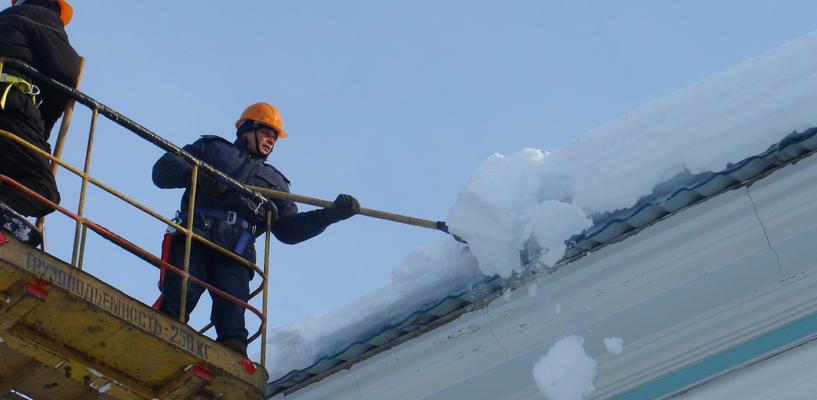 10-летнюю омичку, на которую с крыши упала снежная глыба, выпишут через две недели