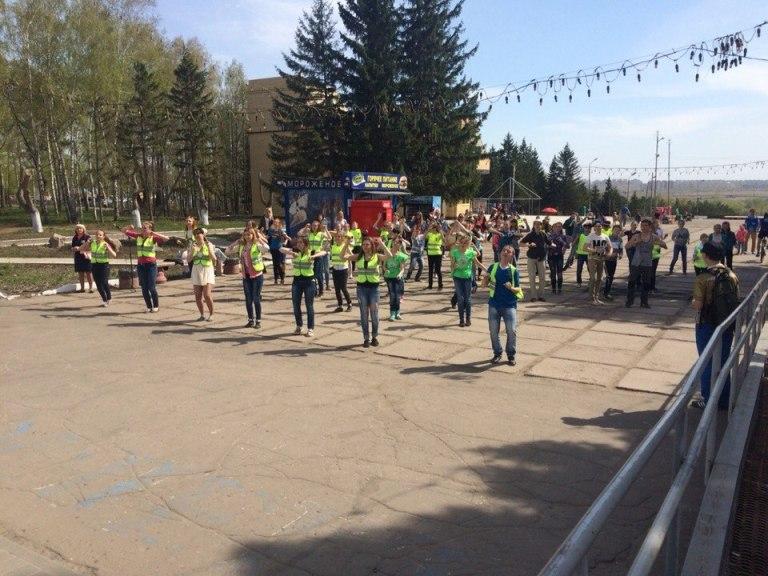 600 юных омичей напомнили горожанам о безопасности на дорогах