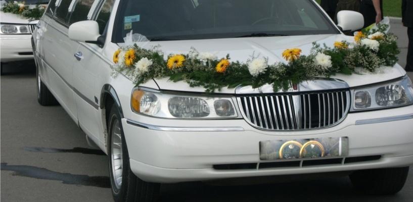 В Омске, отъезжая от ЗАГСА, забуксовал свадебный лимузин