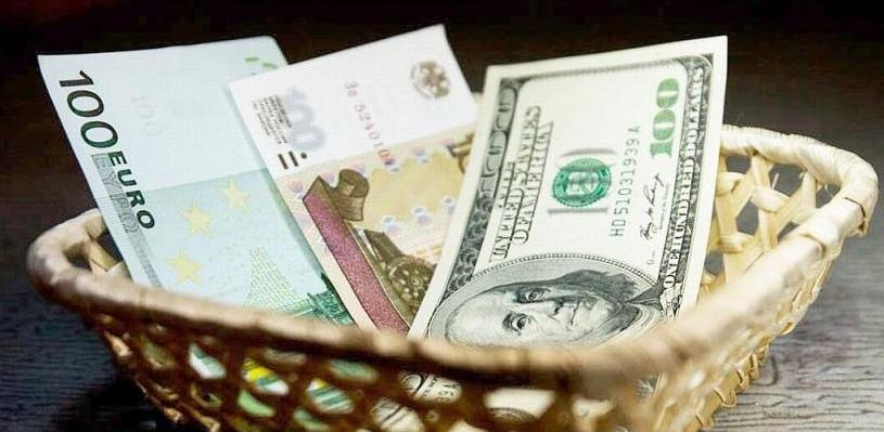 Курс валют: доллар и евро подешевели на 0,5 рубля