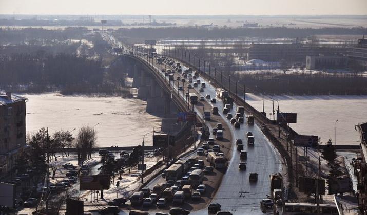 Заезжать на Ленинградский мост с набережной в Омске теперь можно по двум полосам