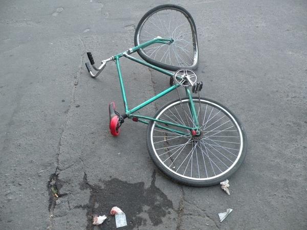 В Омске водитель сбил велосипедиста и скрылся с места ДТП