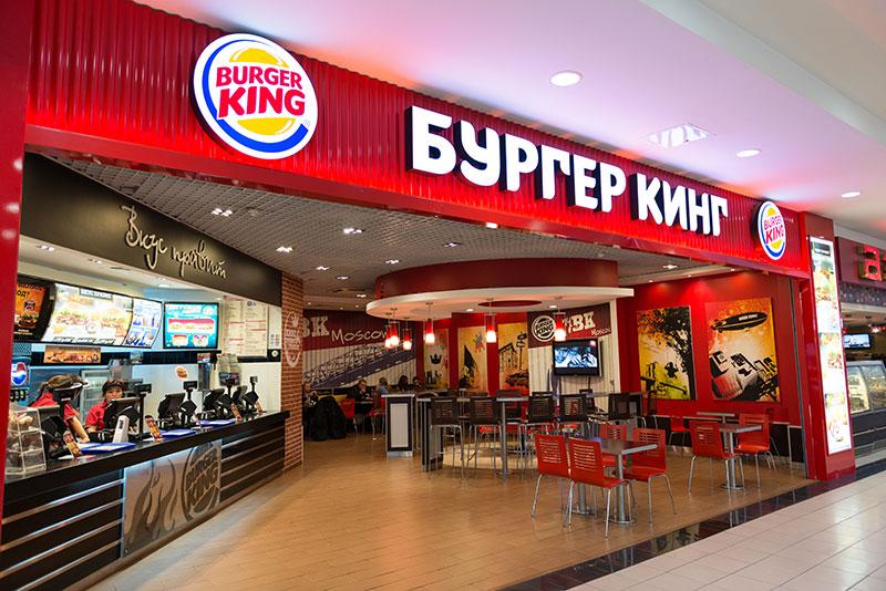 Burger King оплатит лечение омичке, на которую упал рекламный стакан