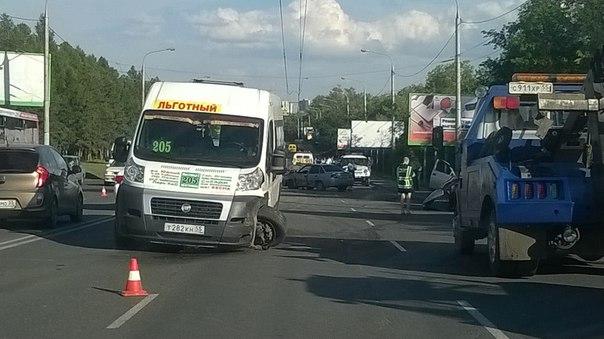 Массовая авария в Омске: на Красном пути столкнулись 4 автомобиля и маршрутка (фото)