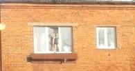 В Омске очевидцы сняли на видео малыша, стоящего на подоконнике пятого этажа