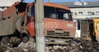 В Омске КамАЗ врезался в пассажирскую маршрутку