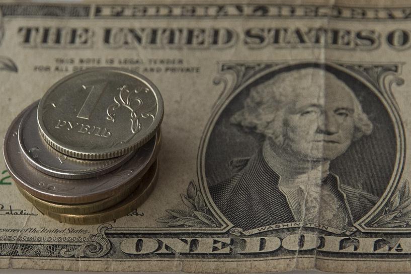 Рубль укрепился по отношению к доллару и евро на открытии торгов