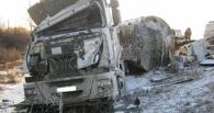 На трассе в Омской области опрокинулась фура с топливом