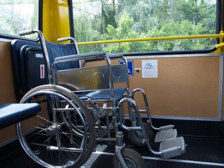 В общественном транспорте Омска провоз инвалидных колясок и сноубордов станет бесплатным