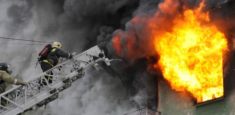Из ночного пожара в Омске вытащили двух человек