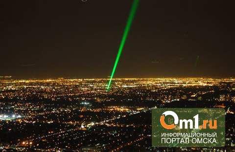 Пилотов самолета над Омском ослепили два 13-летних мальчика