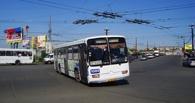 В Омске у пассажирского автобуса загорелось на ходу колесо