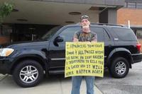 Суд заставил американца носить табличку «Идиот» за угрозы полиции