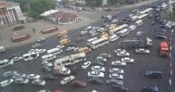 Омичи превратили перекрытую Соборную площадь в стихийную парковку