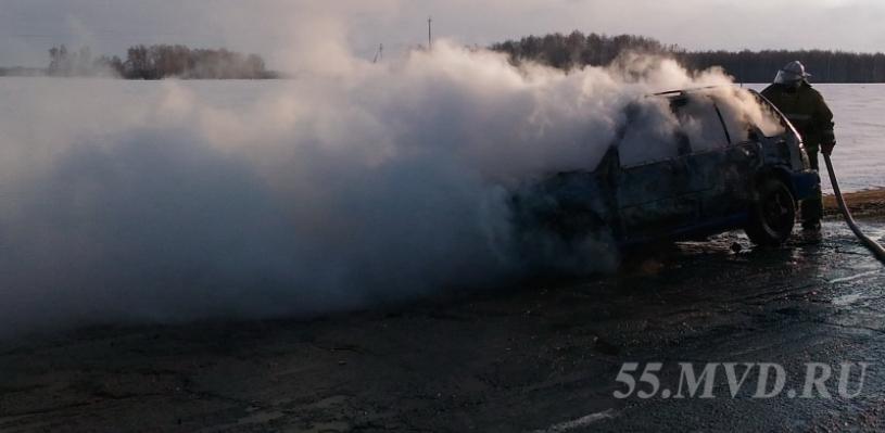 Омский полицейский спас водителя из горящего автомобиля