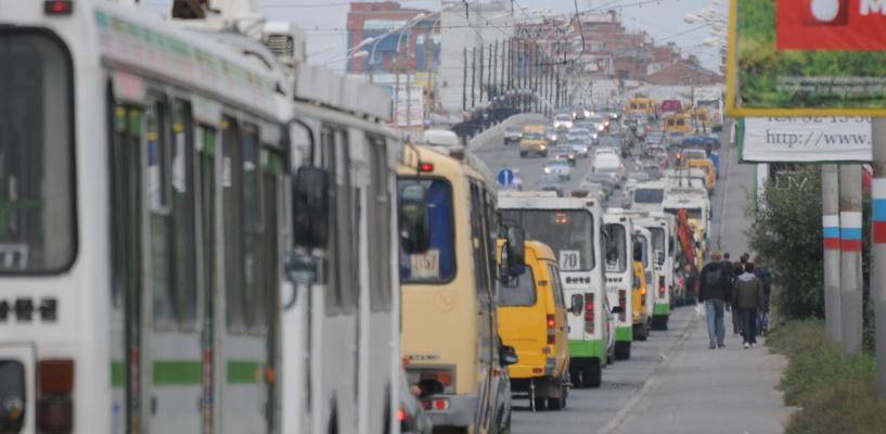Из-за аварии у Телецентра омичи стоят в пробках на улице Красный Путь
