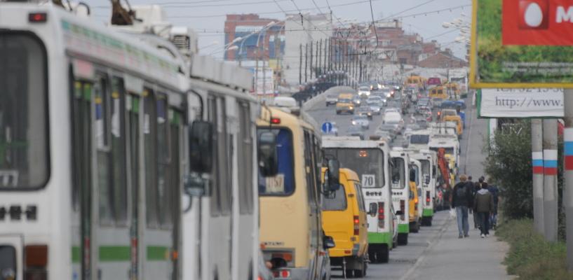 Омичи стоят в пробках на улицах Кирова и Красный Путь