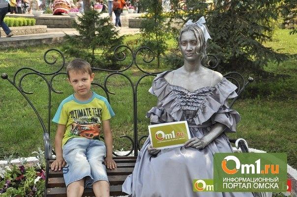 Ожившая статуя Любочки еще ждет омичей для фото