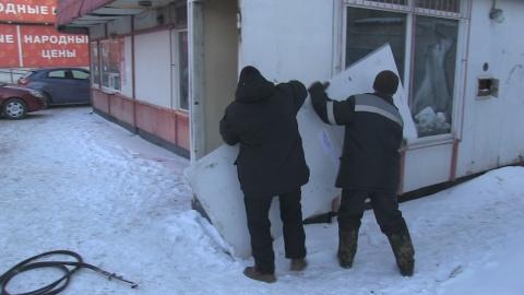 В центре Омска приставы снесли продуктовый павильон