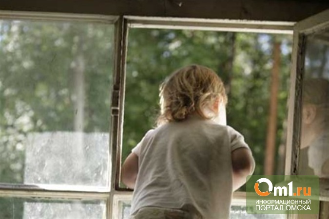В Омске еще один ребенок выпал с балкона