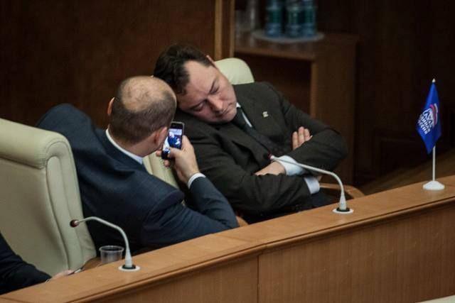 Депутаты попросили не называть их «дебилами» и «бездельниками»
