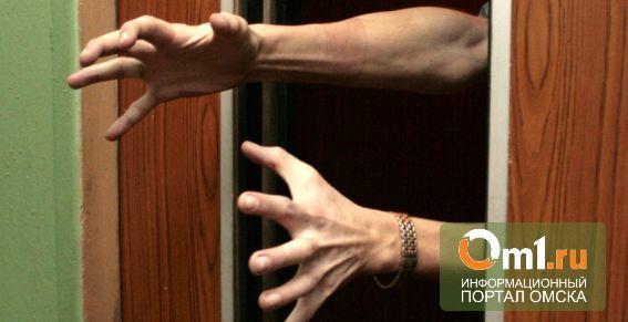 В Омске задержали мужчину, который грабил женщин в лифте