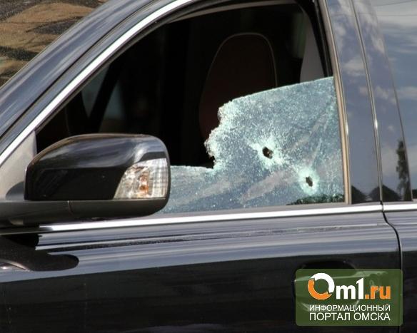 Омич расстрелял машину соседа из ружья