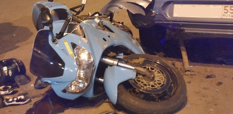 В Омске мотоциклист врезался в легковушку