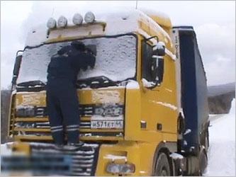 Омские инспекторы ГИБДД отогревают замерзающих водителей