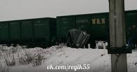 В Омске грузовой поезд переехал легковой автомобиль