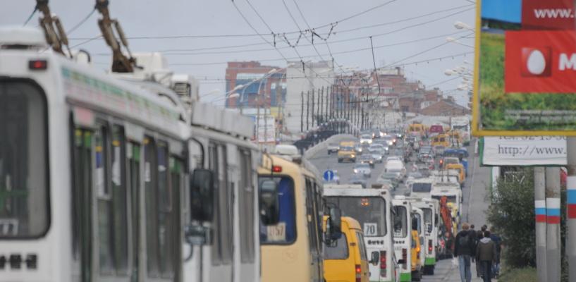Пробки в Омске: затор на Ленинградском мосту и дорожные работы на 3-й Енисейской