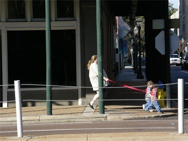 Омичка выгуливала ребенка на поводке
