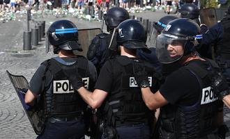 «Врывались в номера с автоматами»: французские полицейские обыскали отель с российскими фанатами